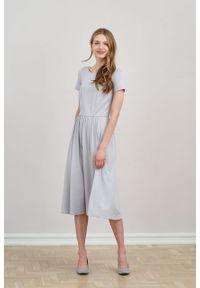 Marie Zélie - Sukienka Emelina jasnoszara mikromodal krótki rękaw. Kolor: szary. Materiał: dzianina, guma, elastan, włókno, skóra, wiskoza. Długość rękawa: krótki rękaw. Styl: klasyczny. Długość: midi