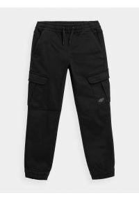 4f - Spodnie casual joggery chłopięce. Okazja: na co dzień. Kolor: czarny. Materiał: bawełna, dzianina. Styl: casual