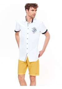 Biała koszula TOP SECRET z nadrukiem, z kontrastowym kołnierzykiem, krótka, na co dzień