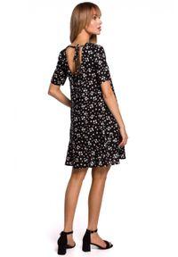 MOE - Przewiewna trapezowa sukienka w kwity z falbaną. Materiał: tkanina. Wzór: kwiaty. Sezon: lato. Typ sukienki: trapezowe