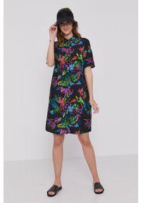 medicine - Medicine - Sukienka Tropical Chaos. Okazja: na co dzień. Kolor: czarny. Materiał: tkanina. Długość rękawa: krótki rękaw. Typ sukienki: proste. Styl: casual