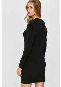 Answear Lab - Sukienka. Okazja: na co dzień. Kolor: czarny. Materiał: dzianina. Długość rękawa: długi rękaw. Wzór: gładki. Typ sukienki: proste. Styl: wakacyjny