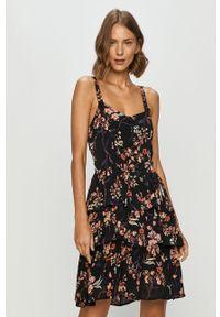 Czarna sukienka Vero Moda na co dzień, na ramiączkach, w kwiaty, casualowa