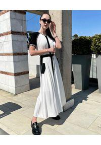 MOTIVE&MORE - Biała sukienka Iris. Kolor: biały. Materiał: wiskoza, dresówka, materiał, szyfon. Długość rękawa: krótki rękaw. Wzór: aplikacja. Typ sukienki: sportowe. Styl: sportowy. Długość: maxi
