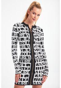 Versace Jeans Couture - SWETER VERSACE JEANS COUTURE. Długość rękawa: długi rękaw. Długość: długie. Wzór: nadruk