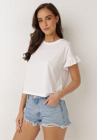 Born2be - Biały T-shirt Flamegan. Typ kołnierza: kołnierz z falbankami. Kolor: biały. Materiał: bawełna, jersey, dzianina, jeans. Długość: krótkie. Sezon: lato