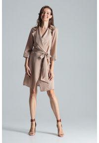 e-margeritka - Sukienka kopertowa elegancka beżowa - s. Okazja: do pracy, na imprezę. Kolor: beżowy. Materiał: poliester, materiał, elastan. Typ sukienki: kopertowe. Styl: elegancki. Długość: midi
