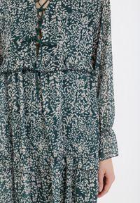 Born2be - Zielona Sukienka Zaehanya. Typ kołnierza: dekolt gorset, kołnierz z falbankami. Kolor: zielony. Długość rękawa: długi rękaw. Wzór: aplikacja, nadruk. Typ sukienki: gorsetowe, rozkloszowane. Długość: mini