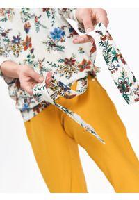 TOP SECRET - Bluzka damska w kwiaty, z wiązaniem w talii. Kolor: biały. Materiał: tkanina. Długość rękawa: krótki rękaw. Wzór: kwiaty. Sezon: zima, jesień