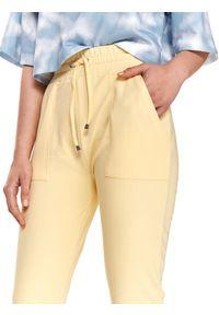 TOP SECRET - Spodnie dresowe z gumką w pasie. Kolor: żółty. Materiał: dresówka. Długość: długie. Sezon: lato