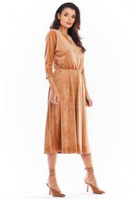 Awama - Welurowa rozkloszowana sukienka midi. Okazja: do pracy, na co dzień, na spotkanie biznesowe. Materiał: welur. Styl: biznesowy, casual. Długość: midi