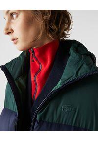 Lacoste - LACOSTE - Granatowa kurtka puchowa z logo. Kolor: zielony. Materiał: puch. Sezon: zima