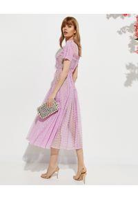SELF PORTRAIT - Liliowa sukienka midi. Okazja: na wesele, na ślub cywilny. Kolor: różowy, wielokolorowy, fioletowy. Materiał: koronka. Wzór: ażurowy, koronka, geometria. Typ sukienki: rozkloszowane, dopasowane. Styl: klasyczny. Długość: midi #6