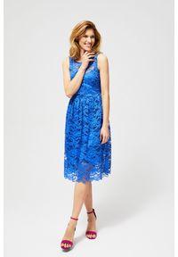 Niebieska sukienka MOODO w koronkowe wzory, z okrągłym kołnierzem