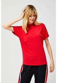 Czerwona bluzka MOODO krótka, z dekoltem na plecach