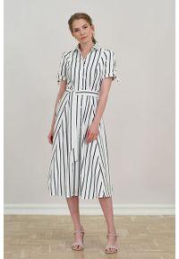 Marie Zélie - Sukienka Ariana biała w granatowy prążek. Kolor: niebieski, biały, wielokolorowy. Materiał: bawełna, skóra, materiał. Długość rękawa: krótki rękaw. Wzór: prążki. Typ sukienki: szmizjerki, trapezowe