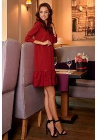 e-margeritka - Klasyczna elegancka sukienka z falbanką - bordo, s. Okazja: do pracy, na randkę, na imprezę. Materiał: poliester, materiał. Wzór: aplikacja. Sezon: zima, jesień. Typ sukienki: proste, trapezowe. Styl: klasyczny, elegancki