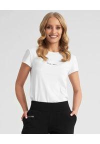 SELF LOVE - Biały t-shirt z logo marki. Kolor: biały. Materiał: bawełna, jeans. Wzór: nadruk, aplikacja. Styl: klasyczny, elegancki