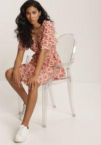 Renee - Biała Sukienka Undilei. Kolor: biały. Materiał: materiał. Długość rękawa: krótki rękaw. Wzór: kwiaty, aplikacja, kolorowy. Typ sukienki: kopertowe. Długość: mini