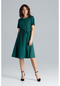Lenitif - Trapezowa sukienka o klasycznym kroju z paskiem zielona. Okazja: do pracy. Kolor: zielony. Wzór: gładki. Typ sukienki: trapezowe. Styl: klasyczny. Długość: midi