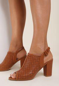 Renee - Camelowe Sandały Paphypso. Nosek buta: okrągły. Zapięcie: pasek. Wzór: ażurowy, aplikacja. Sezon: lato. Obcas: na słupku