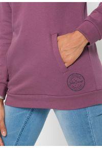 Długa bluza z kapturem, długi rękaw bonprix matowy jeżynowy. Typ kołnierza: kaptur. Kolor: różowy. Długość rękawa: długi rękaw. Długość: długie. Wzór: nadruk