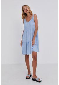 Answear Lab - Sukienka. Kolor: niebieski. Materiał: materiał. Długość rękawa: na ramiączkach. Typ sukienki: rozkloszowane. Styl: wakacyjny