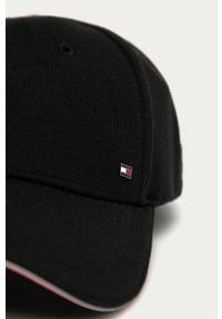Czarna czapka z daszkiem TOMMY HILFIGER z aplikacjami