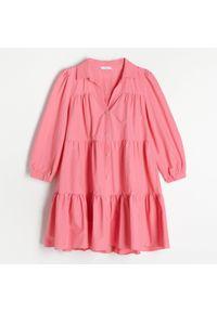 Reserved - Sukienka z falbanami - Różowy. Kolor: różowy