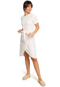 BE - Bawełniana ołówkowa sukienka z asymetrycznym dołem. Materiał: bawełna. Typ sukienki: asymetryczne, ołówkowe. Długość: midi