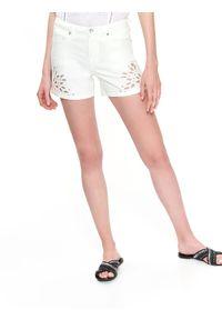 TOP SECRET - Jeansowe szorty. Okazja: do pracy, na plażę. Kolor: biały. Materiał: jeans. Długość: krótkie. Wzór: ażurowy, aplikacja. Sezon: lato