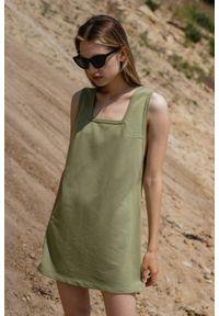 Marsala - Sukienka dresowa na grubych ramiączkach w kolorze OLIVE BRANCH - LIME BY MARSALA. Typ kołnierza: dekolt kwadratowy. Materiał: dresówka. Długość rękawa: na ramiączkach. Wzór: gładki. Typ sukienki: trapezowe, w kształcie A. Styl: klasyczny