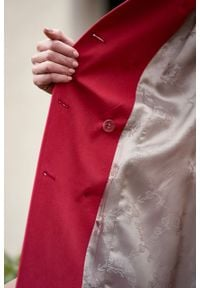 Marie Zélie - Trencz Adria bawełna z elastanem czerwony. Kolor: czerwony. Materiał: bawełna, elastan. Sezon: lato. Styl: klasyczny #10