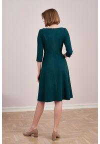 Marie Zélie - Sukienka Asteria krepa wiskozowa – zielona. Kolor: zielony. Materiał: wiskoza. Wzór: gładki. Typ sukienki: trapezowe. Styl: klasyczny