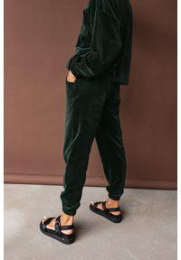 Marsala - Spodnie typu jogger wykonane z weluru w kolorze CIEMNOZIELONYM - DISPLAY VELVET BY MARSALA. Stan: podwyższony. Kolor: zielony. Materiał: welur. Styl: klasyczny, elegancki