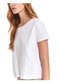 TOP SECRET - T-shirt z ozdobnymi taśmami. Kolor: biały. Materiał: tkanina, koronka, bawełna. Długość rękawa: krótki rękaw. Długość: krótkie. Sezon: lato. Styl: klasyczny, wakacyjny