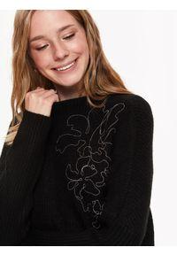 TOP SECRET - Sweter z metalową aplikacją. Okazja: na co dzień, do pracy. Kolor: czarny. Materiał: prążkowany, materiał. Długość rękawa: długi rękaw. Długość: długie. Wzór: aplikacja. Sezon: wiosna. Styl: casual