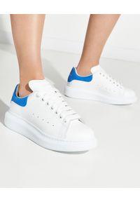Białe sneakersy Alexander McQueen z okrągłym noskiem, z nadrukiem