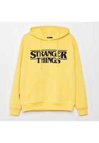 Cropp - Bluza Stranger Things - Żółty. Kolor: żółty