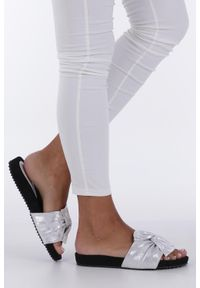 Casu - Białe klapki płaskie błyszczące z kokardą casu k19x18/s. Kolor: srebrny, wielokolorowy, biały
