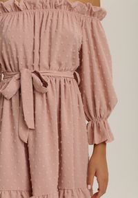 Renee - Jasnoróżowa Sukienka Xissha. Okazja: na randkę. Typ kołnierza: dekolt hiszpanka. Kolor: różowy. Materiał: tkanina, materiał. Typ sukienki: dopasowane. Długość: mini