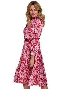 Makover - Rozkloszowana sukienka w kwiaty. Typ kołnierza: kołnierzyk stójkowy. Materiał: tkanina. Wzór: kwiaty. Typ sukienki: rozkloszowane