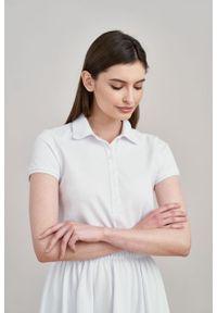 Marie Zélie - Sukienka Polo z gumką biała krótki rękaw. Okazja: na co dzień, do pracy. Typ kołnierza: polo. Kolor: biały. Materiał: dzianina, materiał, bawełna. Długość rękawa: krótki rękaw. Typ sukienki: proste, sportowe. Styl: sportowy, klasyczny, wakacyjny, casual