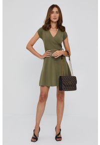 Guess - Sukienka. Kolor: zielony. Materiał: dzianina. Długość rękawa: krótki rękaw. Wzór: gładki. Typ sukienki: rozkloszowane