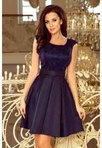 Numoco - Rozkloszowana wieczorowa sukienka z kontrafałdami i koronką. Materiał: koronka. Wzór: koronka. Styl: wizytowy