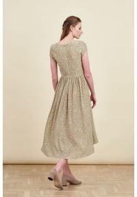 Marie Zélie - Sukienka Antea Vacanza oliwkowa. Kolor: oliwkowy. Materiał: wiskoza, materiał. Długość rękawa: krótki rękaw. Typ sukienki: asymetryczne