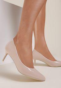 Renee - Beżowe Szpilki Caloriope. Nosek buta: szpiczasty. Zapięcie: bez zapięcia. Kolor: beżowy. Szerokość cholewki: normalna. Wzór: aplikacja. Materiał: lakier. Obcas: na szpilce. Styl: klasyczny. Wysokość obcasa: niski
