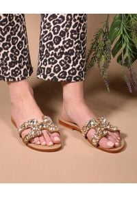 MYSTIQUE SHOES - Klapki z kryształami Ajax. Kolor: brązowy. Wzór: paski, aplikacja