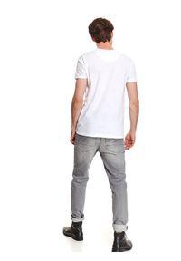 TOP SECRET - T-shirt strukturalny. Okazja: na co dzień. Kolor: biały. Materiał: bawełna. Długość rękawa: krótki rękaw. Długość: krótkie. Wzór: ze splotem, aplikacja. Sezon: jesień. Styl: wakacyjny, klasyczny, casual