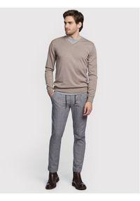 Beżowy sweter klasyczny